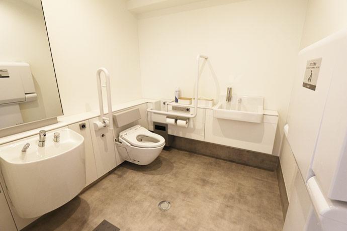 バリアフリー設計のトイレ・おむつ交換